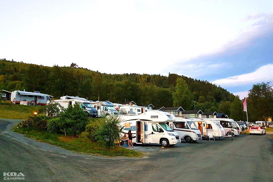 Alle plassene har strømuttak, vannposter med drikkevann finnes like i nærheten. Vi har også tømmestasjon for campingtoaletter.